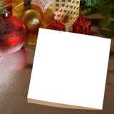 Witte prentbriefkaar in Kerstmisdecoratie stock foto's