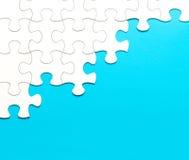 Witte puzzel op blauwe achtergrond Stock Afbeeldingen