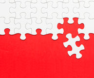Witte puzzel op rode achtergrond Stock Fotografie