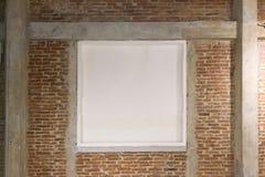 Witte raad op bakstenen muur Stock Foto's