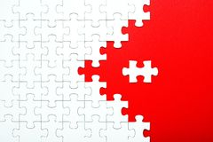 Witte raadselstukken op een rode gescheiden achtergrond royalty-vrije stock foto