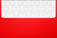 Witte raadselstukken op een rode gescheiden achtergrond royalty-vrije stock afbeelding