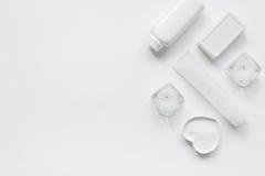 Witte reeks kosmetische room voor kuuroord op de meningsmodel van de lijstbovenkant Stock Afbeelding
