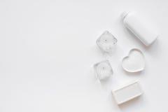 Witte reeks kosmetische room voor kuuroord op de meningsmodel van de lijstbovenkant Stock Foto