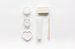 Witte reeks schoonheidsmiddelen voor kuuroord op lijst achtergrond hoogste meningsmodel Royalty-vrije Stock Afbeeldingen