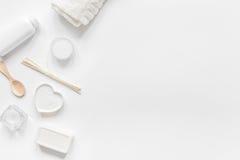 Witte reeks schoonheidsmiddelen voor kuuroord op lijst achtergrond hoogste meningsmodel Stock Afbeeldingen
