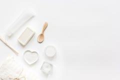 Witte reeks schoonheidsmiddelen voor kuuroord op lijst achtergrond hoogste meningsmodel Royalty-vrije Stock Foto's