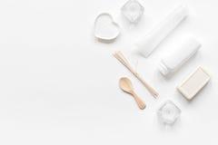 Witte reeks schoonheidsmiddelen voor kuuroord op lijst achtergrond hoogste meningsmodel Stock Afbeelding
