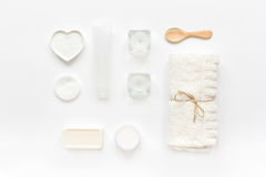 Witte reeks schoonheidsmiddelen voor kuuroord op lijst hoogste mening als achtergrond Stock Afbeelding
