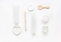 Witte reeks schoonheidsmiddelen voor kuuroord op lijst hoogste mening als achtergrond Royalty-vrije Stock Fotografie