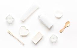 Witte reeks schoonheidsmiddelen voor kuuroord op lijst hoogste mening als achtergrond Stock Foto