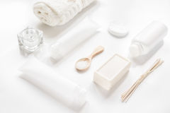 Witte reeks schoonheidsmiddelen voor kuuroord op lijstachtergrond Stock Fotografie