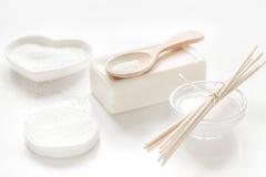 Witte reeks schoonheidsmiddelen voor kuuroord op lijstachtergrond Stock Foto's