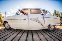 Witte retro huwelijksauto royalty-vrije stock afbeeldingen