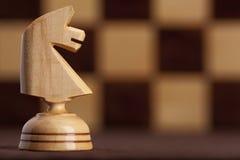 Witte ridder op schaakbordachtergrond Stock Foto's