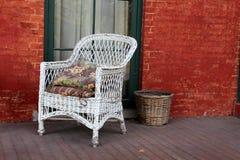 Witte Rieten Stoel : Witte rieten stoel en rode baksteen stock afbeelding afbeelding