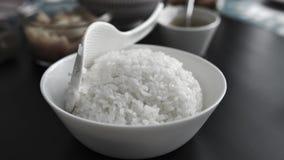 Witte rijst in een plaat en een steam2 stock video
