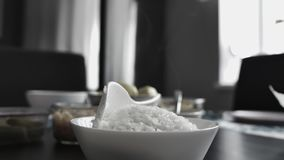 Witte rijst in een plaat en een stoom stock videobeelden