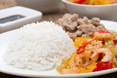 Witte rijst, kip en groenten met garnalen, close-up Royalty-vrije Stock Afbeeldingen