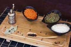 Witte rijst, rode linzen en groene erwten mache in een zwart glas pl stock foto's
