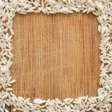 Witte rijstkorrels op houten scherpe raad, in vierkant formaat voor sociale media, banners, en achtergronden Royalty-vrije Stock Fotografie