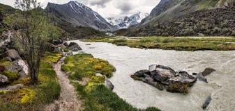Witte rivier in bergen royalty-vrije stock afbeeldingen