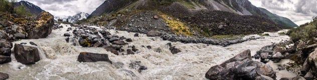 Witte rivier in bergen stock foto