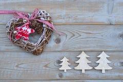 Witte rode Kerstmisdecoratie als Kerstmisboom, rendier en ster op een oude grijze houten plankenachtergrond met lege exemplaarrui Stock Foto's