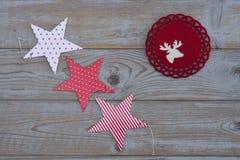 Witte rode Kerstmisdecoratie als Kerstmisboom, rendier en ster op een oude grijze houten plankenachtergrond met lege exemplaarrui Royalty-vrije Stock Fotografie