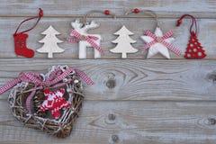 Witte rode Kerstmisdecoratie als Kerstmisboom, rendier en ster op een oude grijze houten plankenachtergrond met lege exemplaarrui Stock Foto