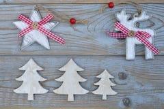 Witte rode Kerstmisdecoratie als Kerstmisboom, rendier en ster op een oude grijze houten plankenachtergrond met lege exemplaarrui Stock Afbeeldingen