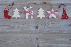 Witte rode Kerstmisdecoratie als Kerstmisboom, rendier en ster op een oude grijze houten plankenachtergrond met lege exemplaarrui Royalty-vrije Stock Afbeeldingen