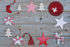 Witte rode Kerstmisdecoratie als Kerstmisboom, rendier en ster op een oude grijze houten plankenachtergrond met lege exemplaarrui Stock Fotografie