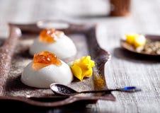 Witte romige cotta van dessertpanna met nam toe Stock Foto's