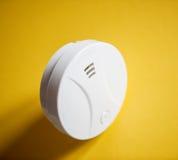 Witte rookdetector op gele lijst royalty-vrije stock afbeelding