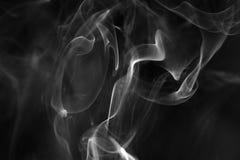 Witte rookwervelingen op een zwarte achtergrond stock afbeeldingen