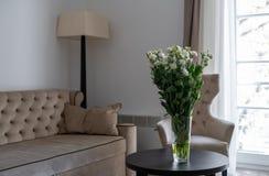 Witte Rose Flower On de Lijst met Laag en Venster op Achtergrond Zaal binnenland stock afbeelding