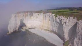 Witte rots met boog en nevelige kustactie Hoogste mening van schilderachtig panorama van kustdieklip in lichte mist wordt onderge stock video