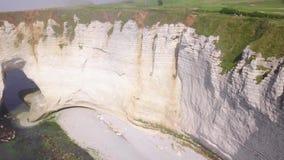 Witte rots met boog en nevelige kustactie Hoogste mening van schilderachtig panorama van kustdieklip in lichte mist wordt onderge stock videobeelden