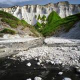 Witte rotsen en het zwarte zand Iturup, het Russische Kurils-Eiland Stock Afbeelding