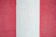 Witte roze purpere purpere muur, concrete achtergrond, verticale strepen Helft-gekleurde strook, kleur twee en drie-kleur textuur Royalty-vrije Stock Foto