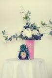 Witte rozen in een vaas Stock Foto's