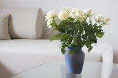Witte rozen in een woonkamer Royalty-vrije Stock Foto's