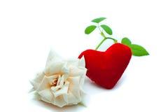 Witte rozen en rood hart Stock Afbeelding