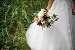 Witte rozen in huwelijksboeket stock foto