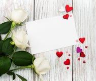 Witte rozen met groetkaart Stock Foto
