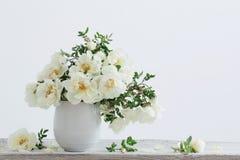 Witte rozen in vaas stock fotografie