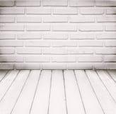 Witte ruimte, bakstenen muur en houten vloer voor achtergrond Royalty-vrije Stock Foto
