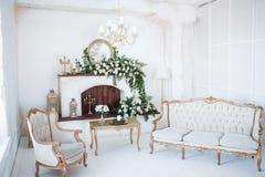 Witte ruimte met open haard en gesneden meubilair stock afbeelding