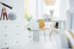 Witte ruimte met opmaker stock foto